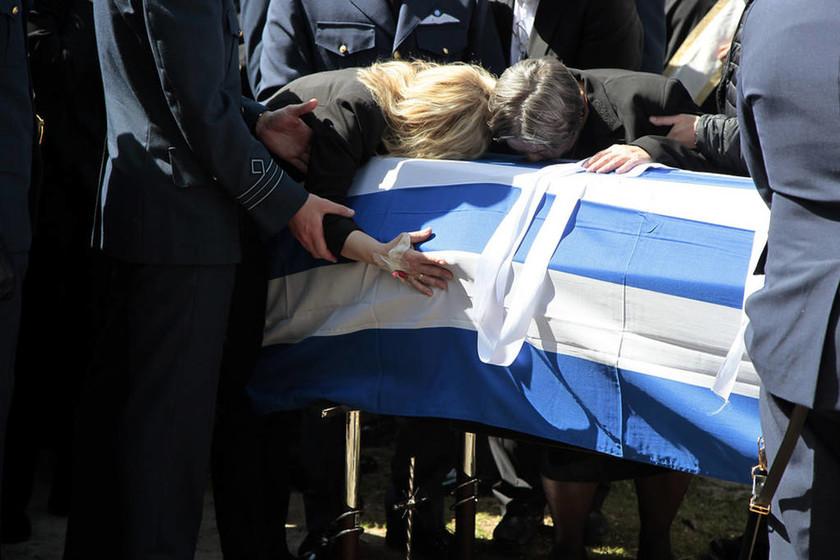 Γιώργος Μπαλταδώρος: Θρήνος και σπαραγμός στην κηδεία – Κατέρρευσε η σύζυγός του (photos)