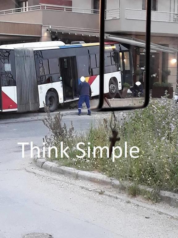 Εικόνες – σοκ στη Θεσσαλονίκη: ΙΧ συγκρούστηκε με αστικό λεωφορείο - Τέσσερις τραυματίες
