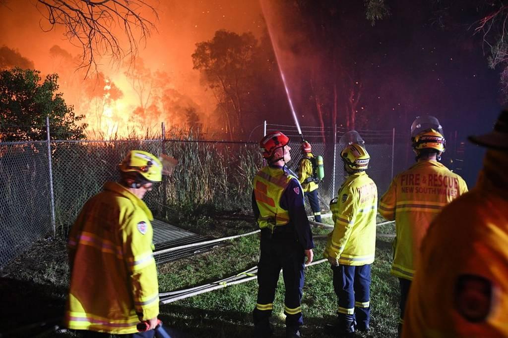 Αυστραλία: Μεγάλη δασική πυρκαγιά απειλεί σπίτια στα προάστια του Σίδνεϊ (pics)