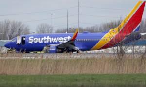 Τρόμος στον αέρα: Έσπασε παράθυρο και παραλίγο επιβάτης να βρεθεί εκτός αεροπλάνου
