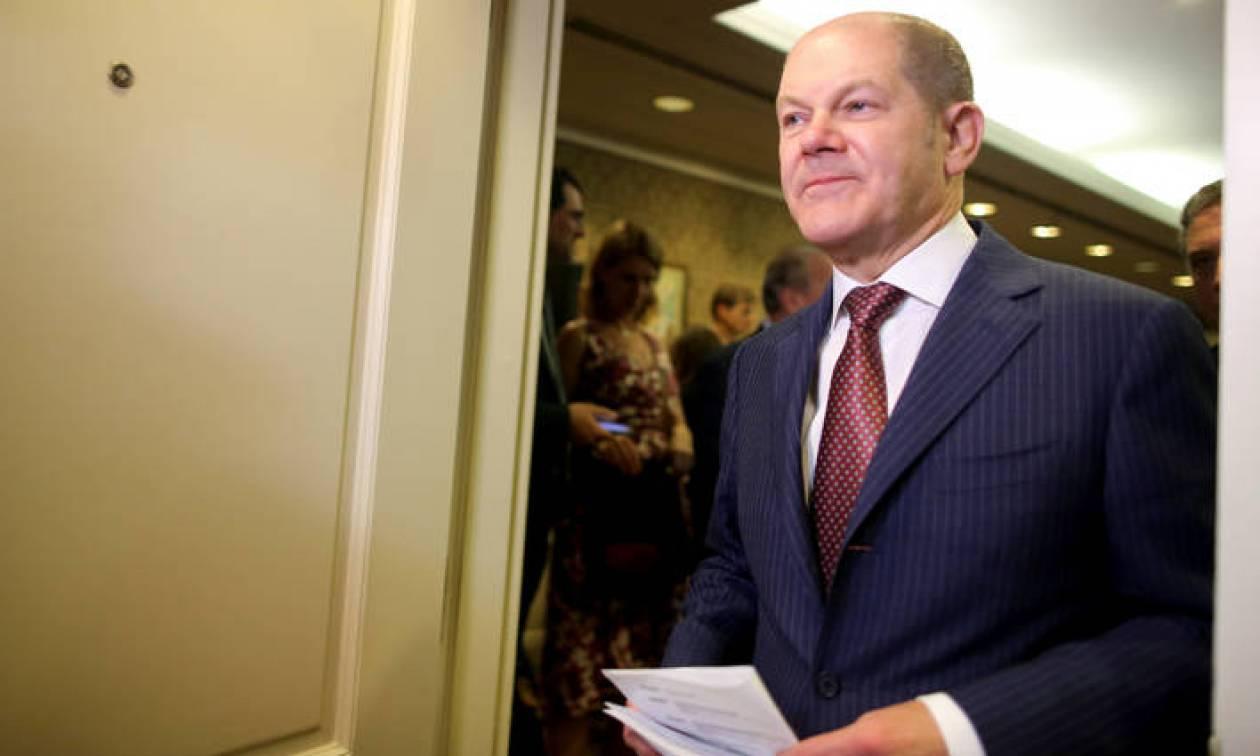 Ο Σολτς θα συζητήσει ενδεχόμενη ελάφρυνση του ελληνικού χρέους στην Ουάσινγκτον
