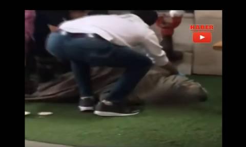 Τα πρώτα λεπτά μετά το σοκ στην Τουρκία: «Έφαγαν» πρώην υπουργό με φαλτσέτα (ΠΡΟΣΟΧΗ! ΣΚΛΗΡΟ ΒΙΝΤΕΟ)