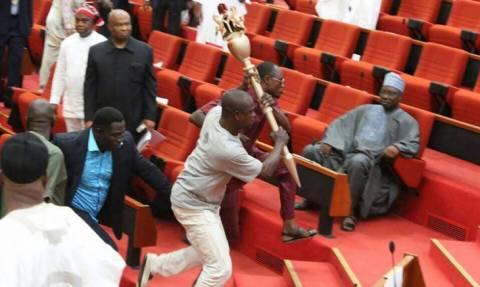 Εισέβαλαν στη Βουλή κι έκλεψαν το σκήπτρο της Γερουσίας μπροστά στα έκπληκτα μάτια όλων! (vid)