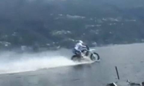 Απίστευτο βίντεο: Έτρεξε πάνω σε λίμνη με τη μηχανή του!