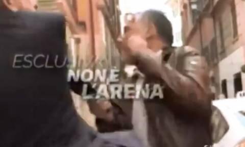 Σάλος στην Ιταλία: Πρώην υπουργός χαστούκισε δημοσιογράφο κατά τη διάρκεια συνέντευξης (vid)