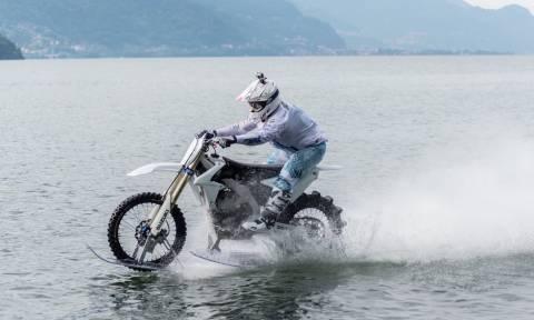 Δεν είναι θαύμα! Τύπος διασχίζει λίμνη με τη μοτοσικλέτα του!