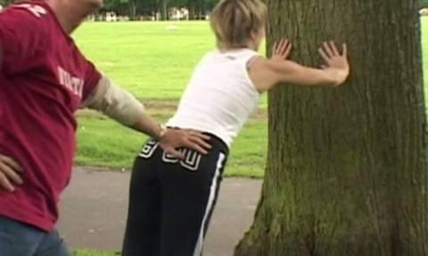 ΣΟΚ: Γνωστή παρουσιάστρια αποπλανούσε γυμνή ανήλικους στο δάσος! (vids+pics)