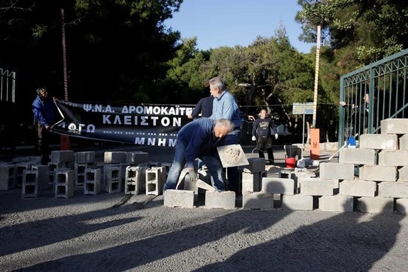 Διαμαρτυρία ΠΟΕΔΗΝ: «Έχτισαν» την είσοδο του «Δρομοκαΐτειου» (pics)