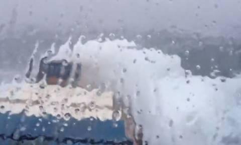 Τάνκερ φορτωμένο με κοντέινερ πέφτει σε τρικυμία. Οι εικόνες είναι τρομακτικές (video)
