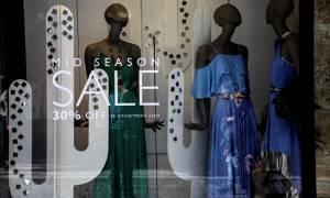 Ενδιάμεσες εκπτώσεις: Ποια Κυριακή θα ανοίξουν τα καταστήματα