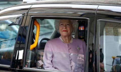Επική φάρσα με… κέρινη βασίλισσα Ελισάβετ έξω από το μαιευτήριο που γέννησε η Κέιτ Μίντλετον! (vid)
