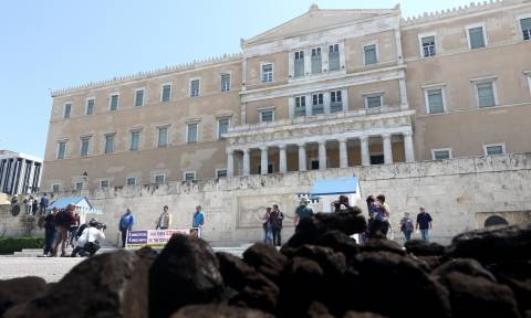 ΓΕΝΟΠ - ΔΕΗ: Πέταξαν λιγνίτη έξω από τη Βουλή (pics)