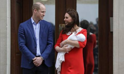 177563e3992 Ο πρίγκιπας William έμαθε από τα λάθη του: Δείτε πώς κράτησε τώρα ασφαλές  το νεογέννητο