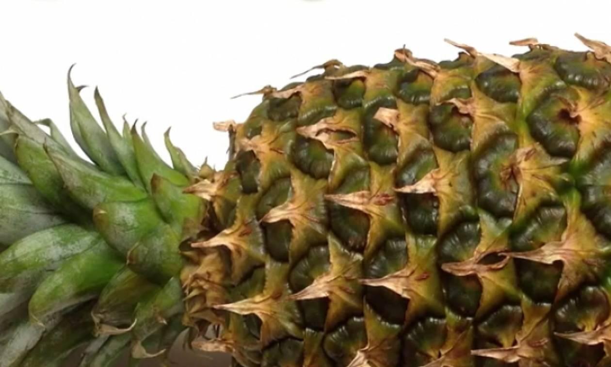 Το τέλειο κόλπο για να καθαρίσετε εύκολα έναν ανανά (Video)