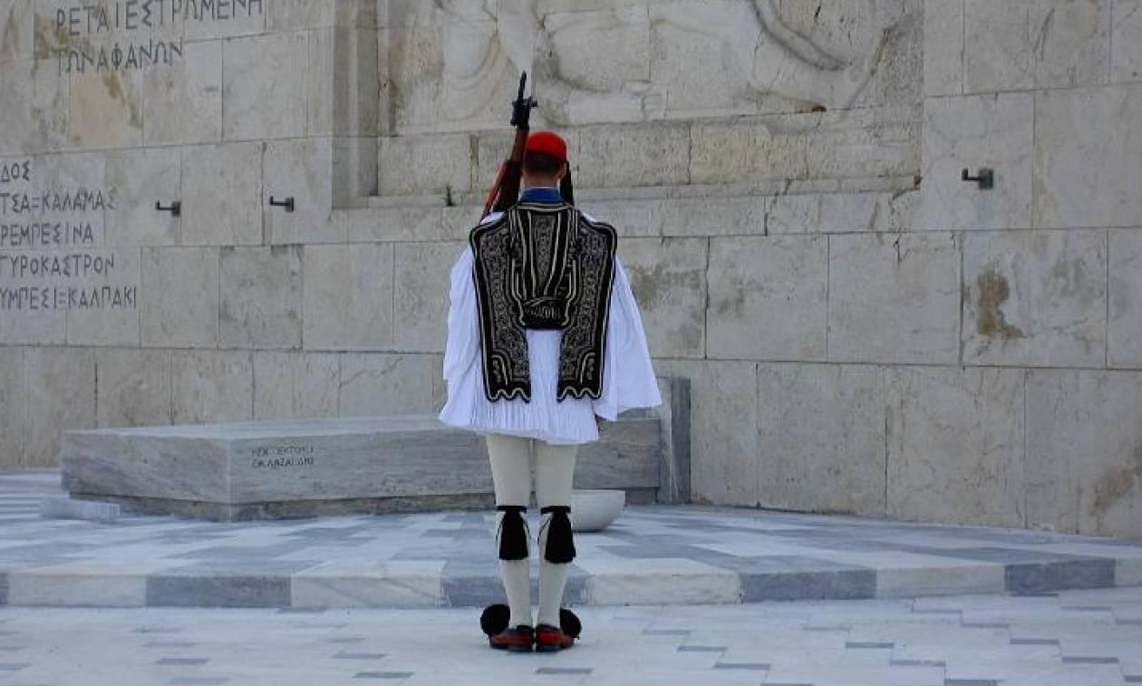 Ένωση Τεχνικών ΔΕΗ: Δεν είναι συνδικαλιστής ο άνδρας που πάτησε στο Μνημείο του Αγνώστου Στρατιώτη