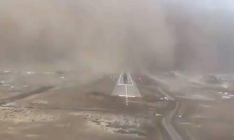Βίντεο που κόβει την ανάσα: Προσγείωση αεροπλάνου μέσα σε αμμοθύελλα στη Σαουδική Αραβία (vid)