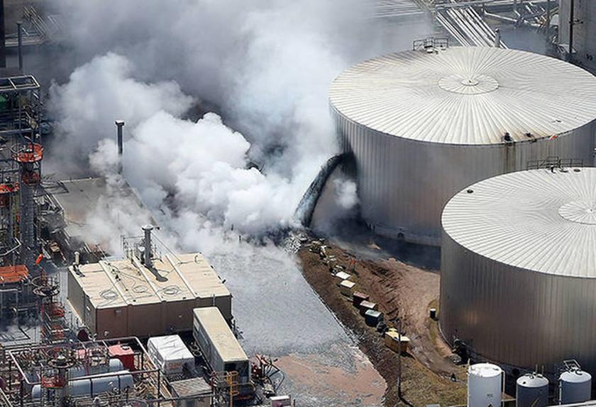 ΕΚΤΑΚΤΟ: Συναγερμός στις ΗΠΑ: Ισχυρή έκρηξη σε διυλιστήριο πετρελαίου - «Αρκετοί τραυματίες»