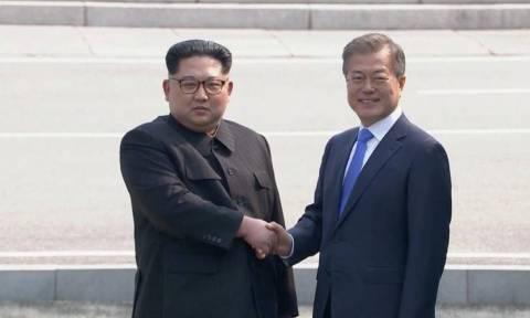 Ιστορική συνάντηση του Κιμ Γιονγκ Ουν με τον Μουν Τζε-ιν (video)