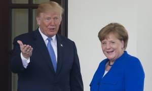 Σε θερμό κλίμα η συνάντηση Τραμπ - Μέρκελ: Η χειραψία και τα φιλιά (pics)