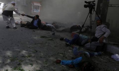 Καμπούλ: Αίμα και διαμελισμένα πτώματα συνθέτουν το σκηνικό τρόμου της διπλής επίθεσης αυτοκτονίας