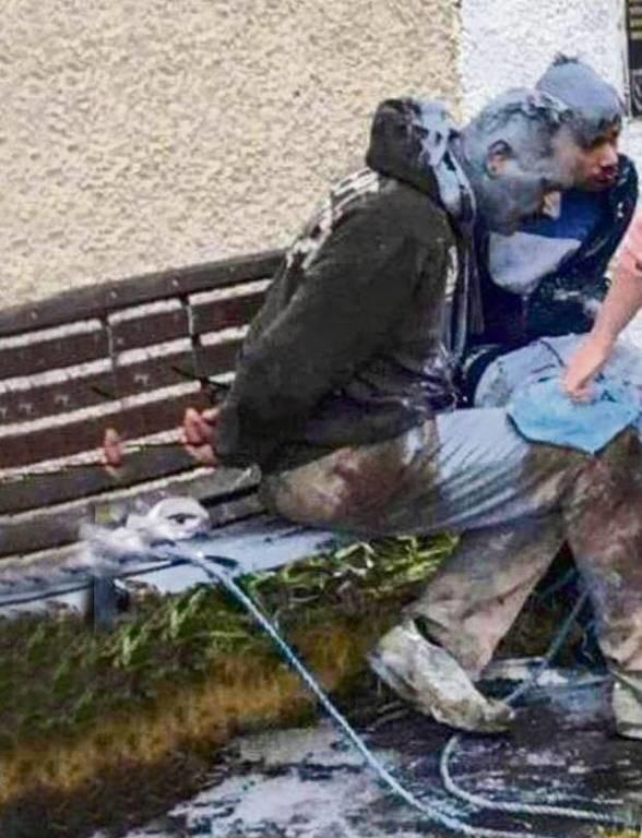 Πήραν το νόμο στα χέρια τους: Περιέλουσαν παιδόφιλους με μπογιά και τους έδεσαν σε παγκάκι (Pics)