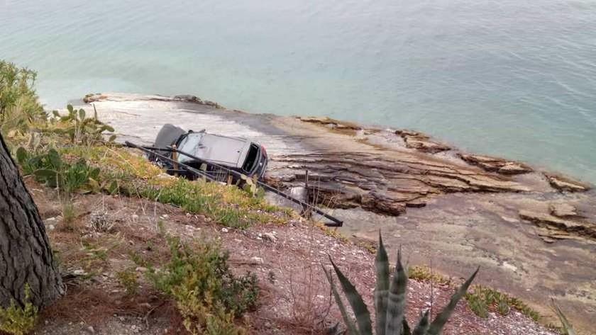 Σοβαρό τροχαίο ατύχημα στο Βόλο: Αυτοκίνητο με μητέρα και παιδί έπεσαν σε βράχια (pics)