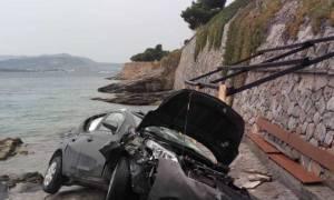 Σοβαρό τροχαίο ατύχημα στο Βόλο: Αυτοκίνητο με μητέρα και παιδί κατέληξε σε βράχια (pics)