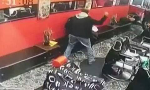 Φρίκη: Εισέβαλε σε κομμωτήριο και χτυπούσε με κατσαβίδι τη γυναίκα του (ΠΡΟΣΟΧΗ – ΣΚΛΗΡΕΣ ΕΙΚΟΝΕΣ)
