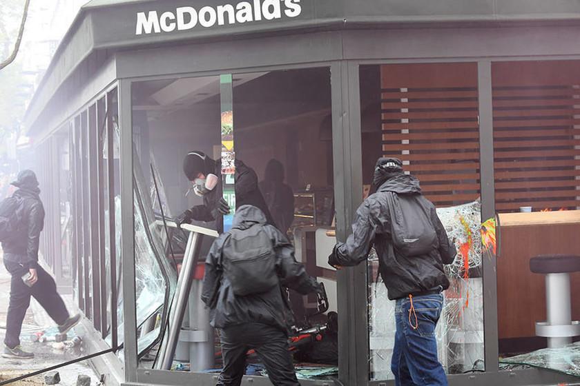 Πρωτομαγιά Γαλλία: Στις «φλόγες» το Παρίσι – Έπιασαν την αστυνομία στον «ύπνο» (Pics+Vids)