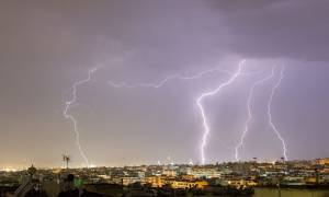 Έκτακτο δελτίο επιδείνωσης καιρού: Χαλάζι, καταιγίδες και θυελλώδεις άνεμοι θα «σαρώσουν» τη χώρα