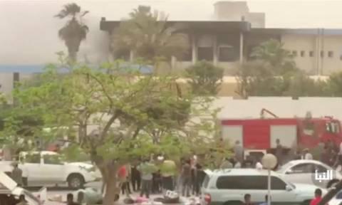 Φρίκη στη Λιβύη: Ένοπλοι επιτέθηκαν σε κτίριο κι όταν τους κύκλωσαν πυροδότησαν εκρηκτικά (Vid)