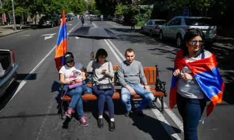 Αρμενία: Στα μπλόκα οι υποστηρικτές του Πασινιάν - Βαθαίνει η πολιτική κρίση (pics + vids)