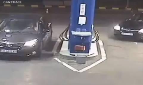Πήγε σε βενζινάδικο με τσιγάρο και αρνήθηκε να το σβήσει. Δείτε τι του έκαναν... (video)