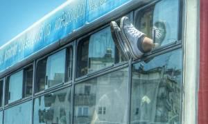 Δείτε το απίστευτο αυτοκόλλητο που έχει «κατακλύσει» τα λεωφορεία της Αθήνας! (pic)