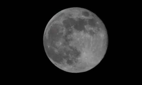 Συγκλονιστικές και απόκοσμες εικόνες: Η στιγμή που «χάνεται» το φεγγάρι! (video)