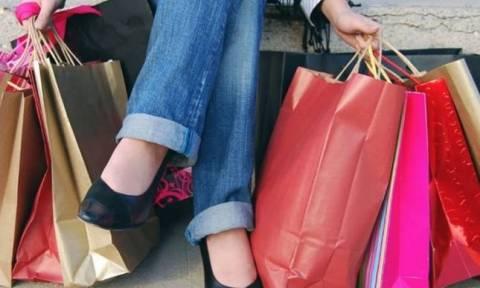 Ενδιάμεσες εκπτώσεις: Ποιες ώρες θα παραμείνουν ανοιχτά σήμερα καταστήματα και σούπερ μάρκετ