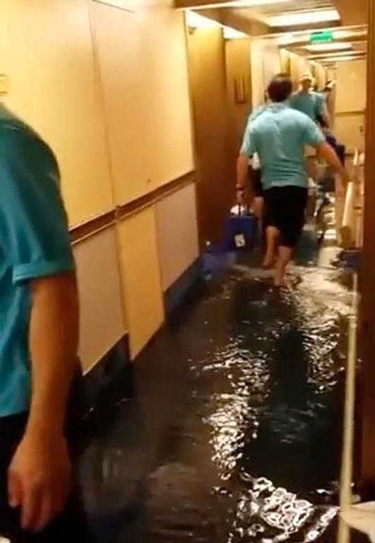 Βίντεο ΣΟΚ: Κρουαζιερόπλοιο γεμίζει νερά και θυμίζει... Τιτανικό!