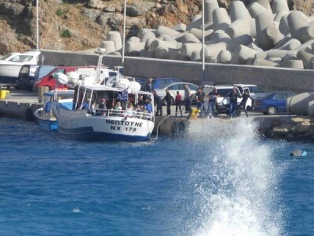 Σφακιά: Η ανακοίνωση του Λιμενικού για την ημιβύθιση του πλοίου με τους 19 επιβάτες (pics)