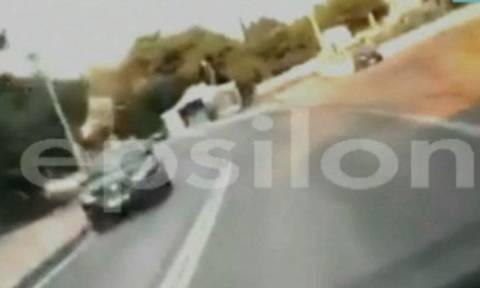 Βίντεο ΣΟΚ: Η στιγμή που αυτοκίνητο καρφώνεται σε στύλο της ΔΕΗ (vid)