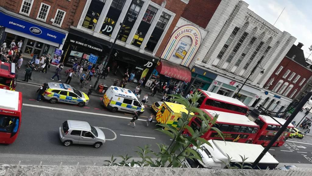 ΕΚΤΑΚΤΟ: Συναγερμός στη Βρετανία: Επίθεση με οξύ στο σταθμό του μετρό Μπρίξτον στο Λονδίνο