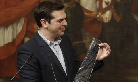 «Ιστορική» μέρα: Έτοιμος να βάλει γραβάτα ο Τσίπρας - Δείτε το λόγο
