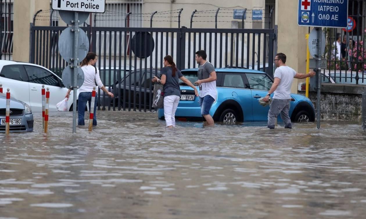 «Πνίγηκε» η Θεσσαλονίκη: Εγκλωβίστηκαν μαθητές και τουρίστες στο Λευκό Πύργο - Παρασύρθηκαν πολίτες