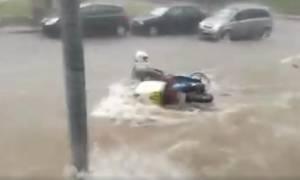 Βίντεο – σοκ από τη Θεσσαλονίκη: Διανομέας «χάνεται» στα ορμητικά νερά