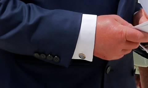 Ο Κάρολος φόρεσε μανικετόκουμπα με την ελληνική σημαία και μάλλον δεν ήταν καθόλου τυχαίο (pics)