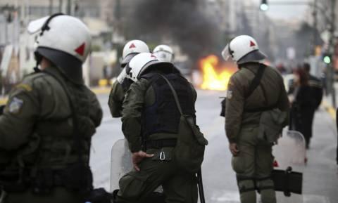 ΑΕΚ - ΠΑΟΚ: Ένταση οπαδών με την Αστυνομία στο Σύνταγμα