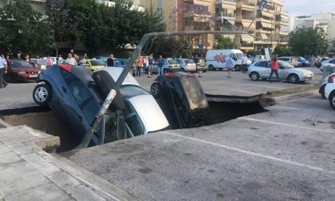 Παραλίγο τραγωδία στην Καλλιθέα: Άνοιξε η γη και «κατάπιε» αυτοκίνητα στον ΗΣΑΠ Ταύρου (video+pics)