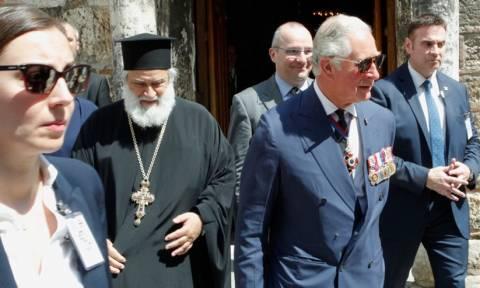 Κάρολος: Ένας πρίγκιπας με ξηλωμένο κουμπί και σκισμένη τσέπη! (pics)