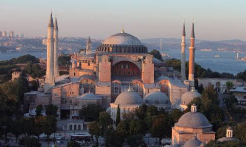 Ασέβεια και πρόκληση: Εκατοντάδες Τούρκοι προσευχήθηκαν στην Αγιά Σοφιά (vid)