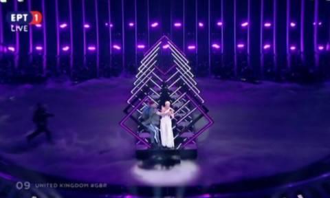 Eurovision 2018: «Ντου» θεατή στη σκηνή - Άρπαξε το μικρόφωνο από την τραγουδίστρια! (pics+vid)