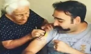 Απίστευτη γιαγιά παλεύει παθιασμένα να σβήσει το τατουάζ του εγγονού της (video)